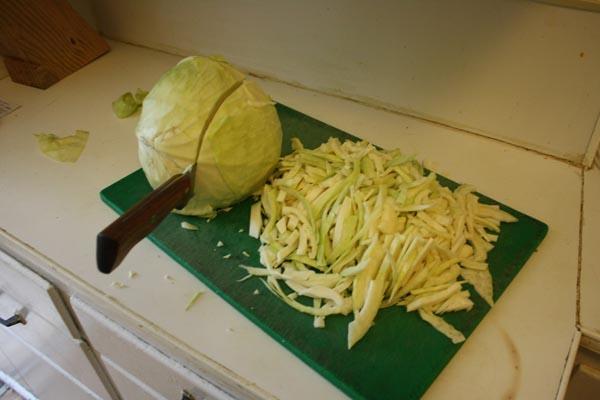 Как шинковать капусту?
