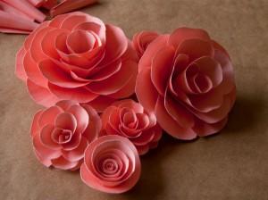 Роза из бумаги с фигурными лепестками