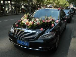 Цветы – шикарный способ украсить машину на свадьбу