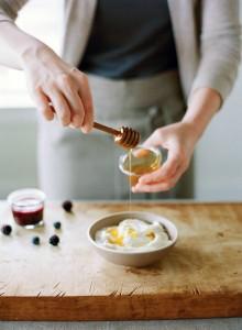Добавьте в йогурт ягоды, мёд, орехи, фрукты