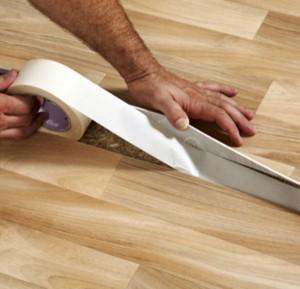 Фиксируйте линолеум двусторонней клейкой лентой или клеем